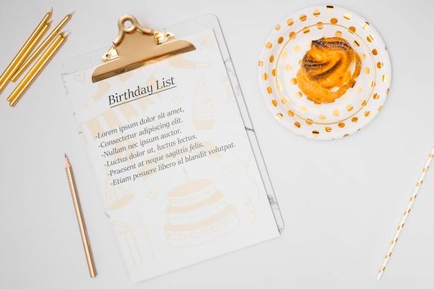 Lista de feliz aniversário mock-up com bolo doce