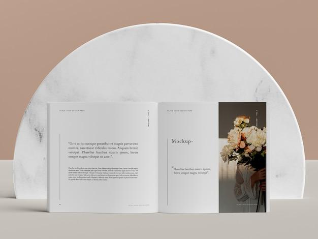 Livro aberto com maquete de revista editorial de flores