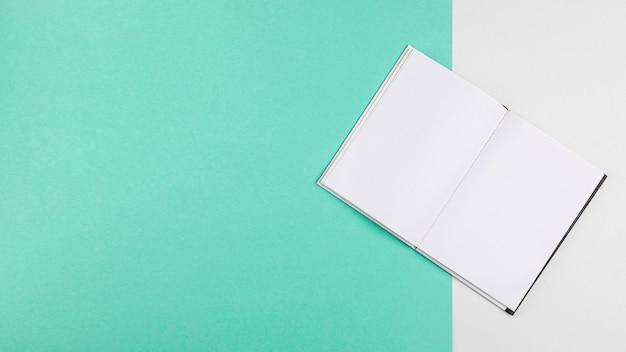 Livro aberto sobre fundo azul de cópia espaço