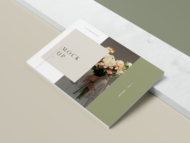 Livro de alta vista com flores e mock-up revista editorial de sombra