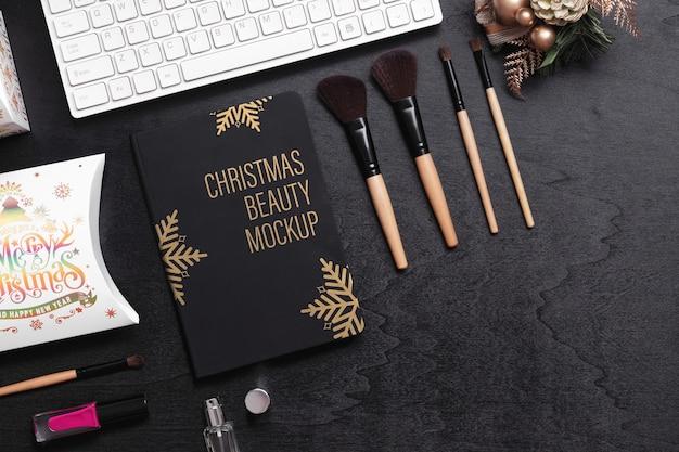Livro de capa preta de maquete para o conceito de ano novo de natal de beleza.