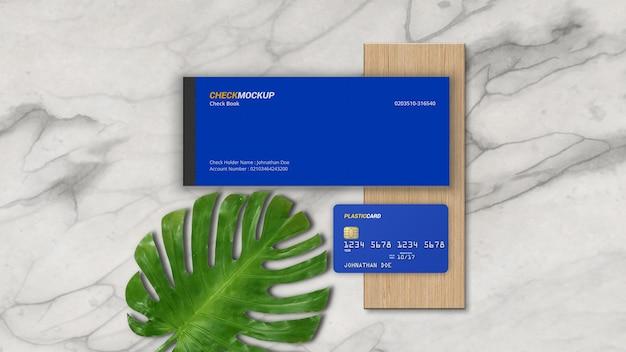 Livro de cheques com maquete de cartão plástico