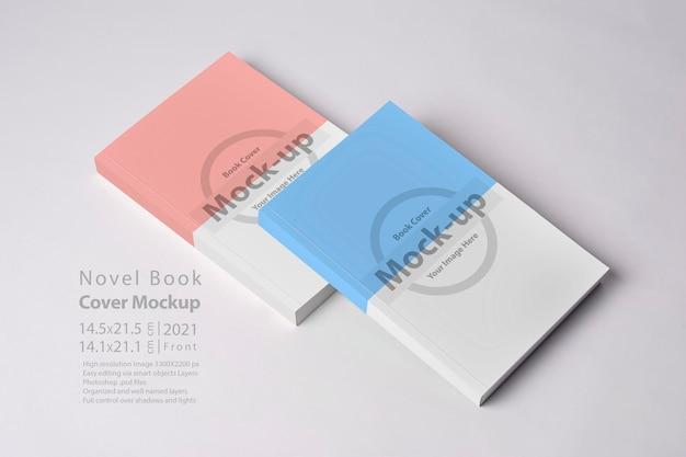 Livro de dois romances fechados com capa em branco na mesa