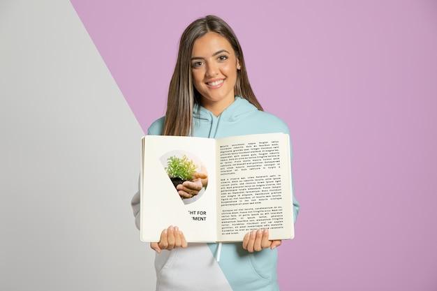 Livro de exploração de mulher sorridente