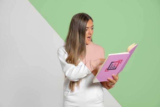Livro de leitura chocado da mulher