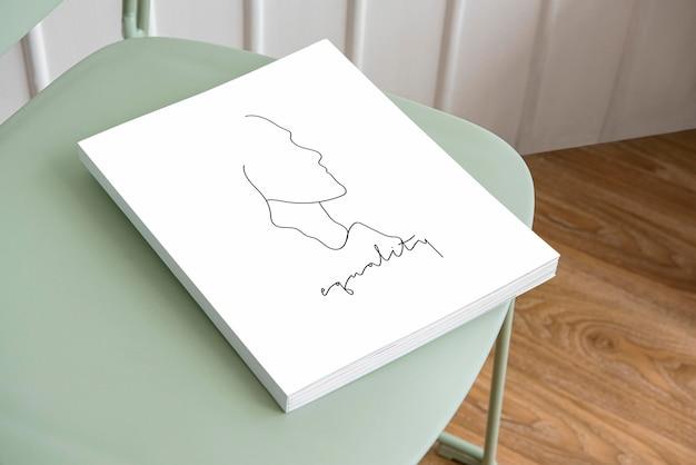 Livro maquete psd em uma cadeira verde pastel