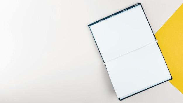 Livro vazio aberto plana leigos