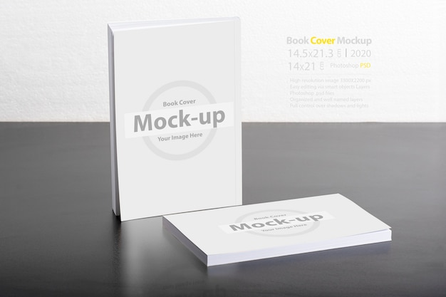 Livros com capa em branco na mesa escura brilhante Psd Premium