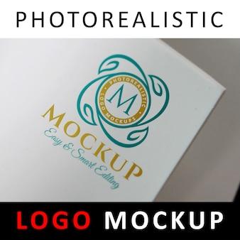 Logo maquete - logotipo impresso em papel laminado branco