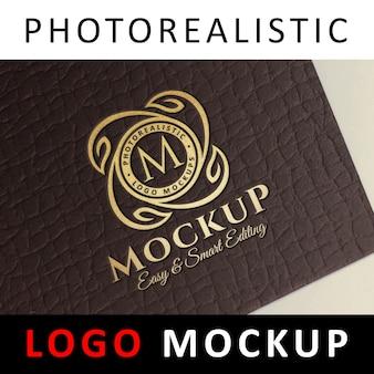 Logo mock up - folha de ouro que carimba o logotipo no cartão marrom escuro