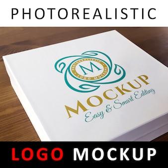 Logo mockup - logotipo colorido impresso na caixa de cartão branco