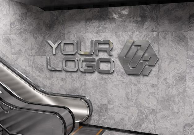 Logotipo 3d reflexivo na simulação da parede da estação de metrô