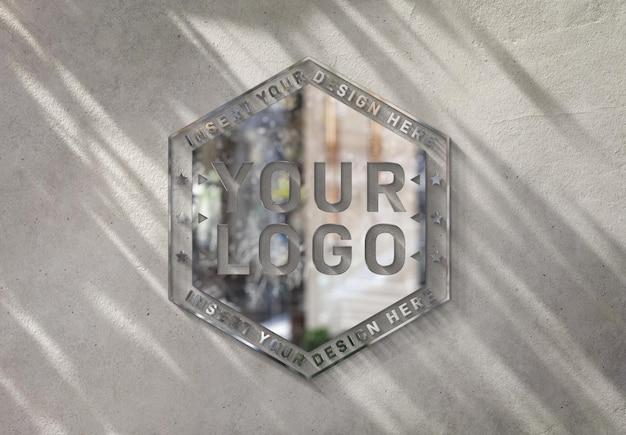 Logotipo do metal na parede ensolarada com maquete 3d de efeito brilhante