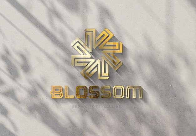 Logotipo dourado na parede ensolarada com maquete 3d de efeito brilhante