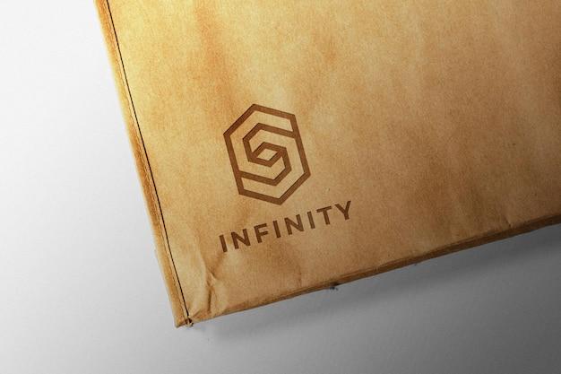 Logotipo em uma maquete de saco de papel