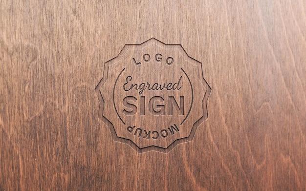 Logotipo gravado em maquete de superfície de madeira