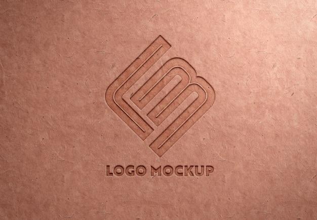 Logotipo gravado na textura de papel reciclado mockup