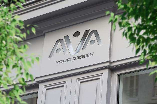 Logotipo metálico em uma loja na rua maquete