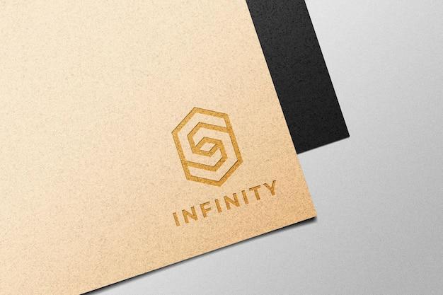 Logotipo na maquete de papel