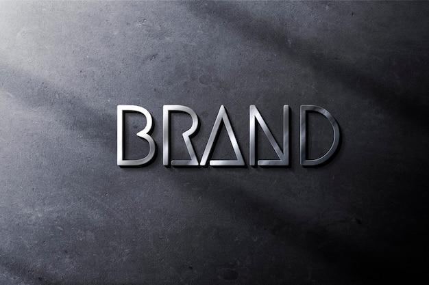 Logotipo prateado na maquete de parede azul áspera