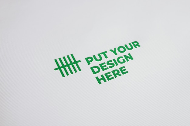 Logotipo pressionado na maquete de papel