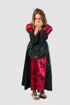 Loira criança vestida como um vampiro para as férias do dia das bruxas é um pouco nervoso e com medo