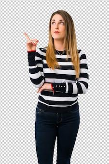 Loira garota youn apontando com o dedo indicador uma ótima idéia