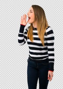 Loira garota youn gritando com a boca aberta