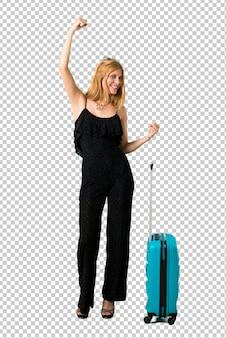 Loira viajando com sua mala comemorando uma vitória na posição de vencedor