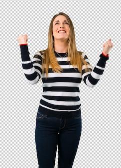 Loira youn garota comemorando uma vitória