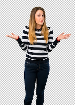 Loira youn garota tendo dúvidas e com confundir a expressão do rosto