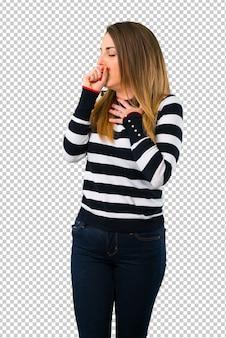 Loira youn girl está sofrendo com tosse e se sentindo mal