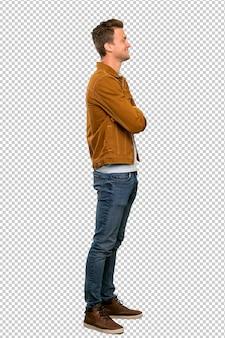 Loiro homem bonito em posição lateral