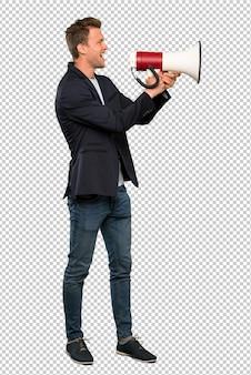 Loiro homem bonito gritando através de um megafone