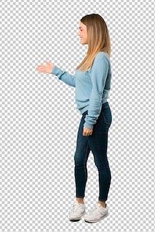 Loiro, mulher, com, camisa azul, handshaking, após, bom negócio
