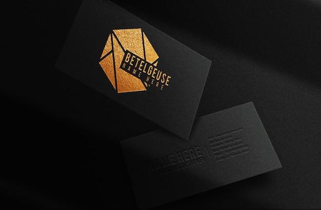 Luxo close-up logotipo dourado em relevo maquete de cartão de visita flutuante