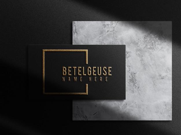 Luxo close-up logotipo em relevo modelo de cartão de visita único vista superior