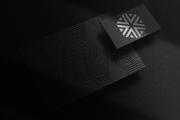 Luxo close-up prata em relevo papel e maquete de cartão de visita vista em perspectiva