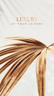 Luxo em seu lazer em um fundo de folha de palmeira em leque dourado