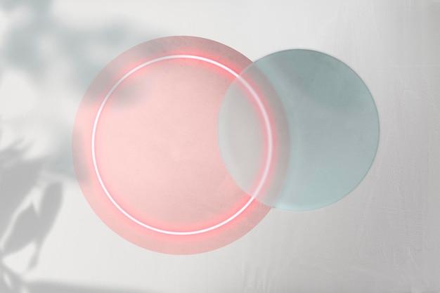Luz de néon rosa redonda com maquete da silhueta da folha