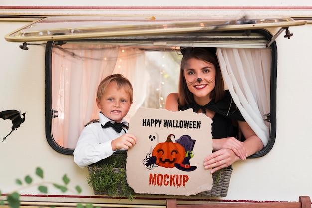 Mãe e filho vestidos para a maquete de halloween