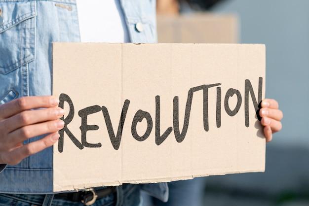 Manifestante com maquete da placa