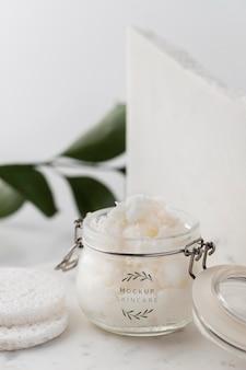 Manteiga de carité para a pele em arranjo mock-up de frasco