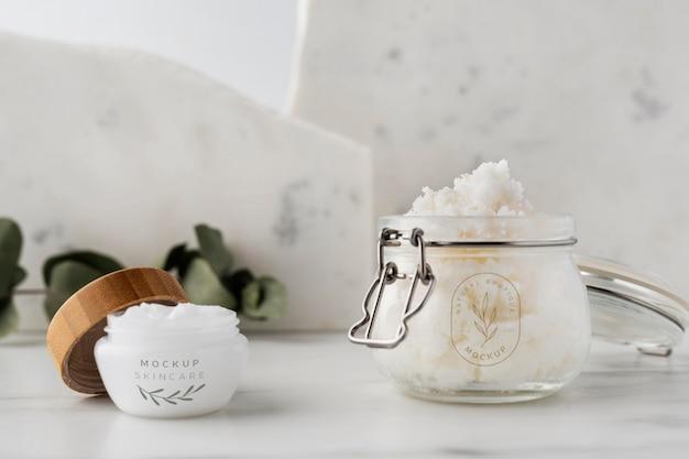 Manteiga de carité para a pele em maquete de frasco