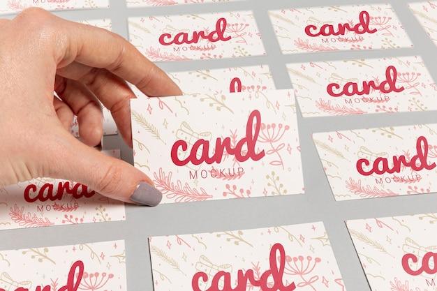 Mão de alta vista e cartões de visita com modelo de natal