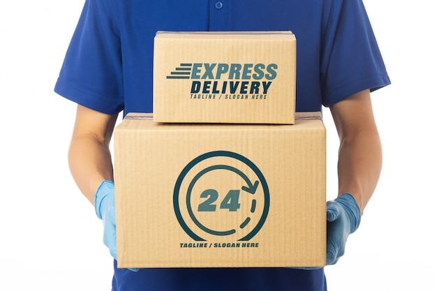 Mão de homem entrega segurando maquete de caixas de papelão. conceito de serviço de entrega