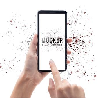 Mão de mulher segurando e tocando smartphone preto com modelo de maquete de tela em branco