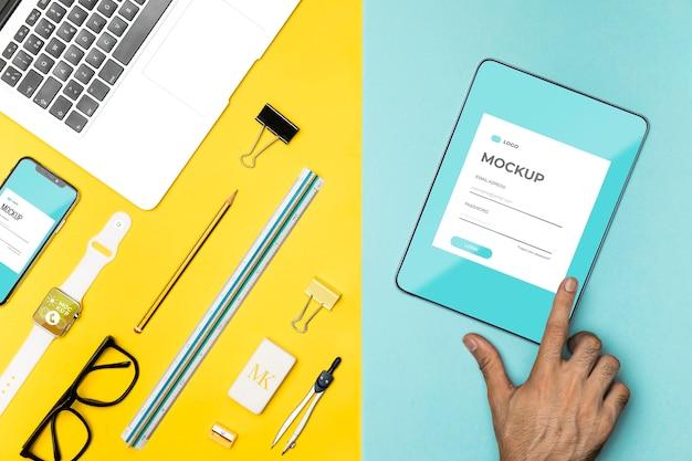 Mão em close-up com maquete de tablet