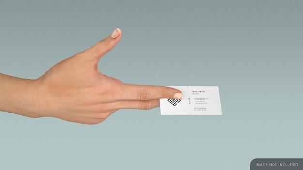 Mão feminina segurando um modelo de cartão de visita