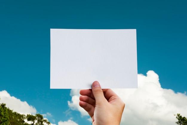 Mão humana, segurando, nuvem, papel perfurado, ofício, em, natureza